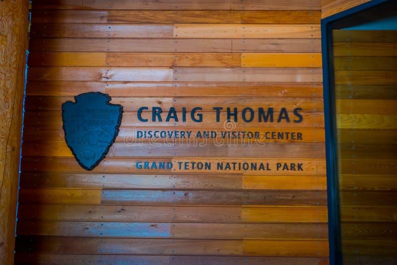 Jackson Hole, Вайоминг США 23-ье мая 2017: Экран и письма в деревянной стене расположенной на справочном столе в Craig Томасе стоковые фотографии rf