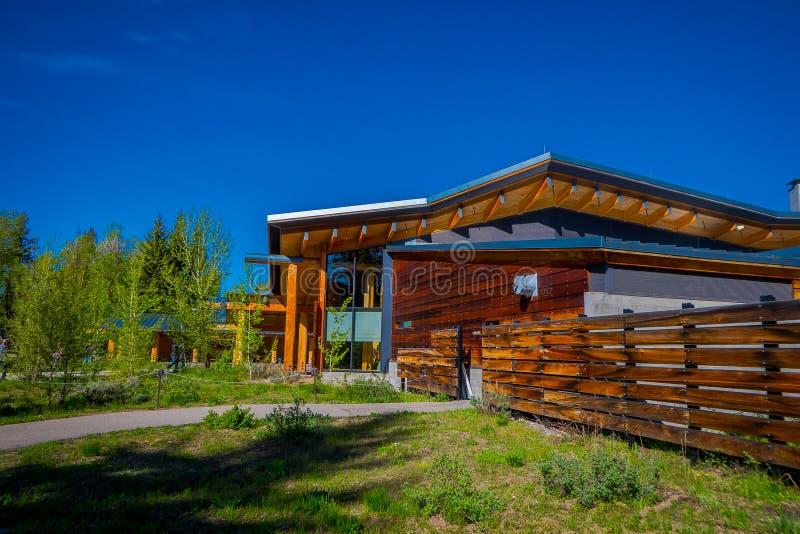 Jackson Hole, Wyoming los E.E.U.U. 23 de mayo de 2018: La vista al aire libre del edificio de madera de Craig Thomas Discovery Vi fotos de archivo libres de regalías