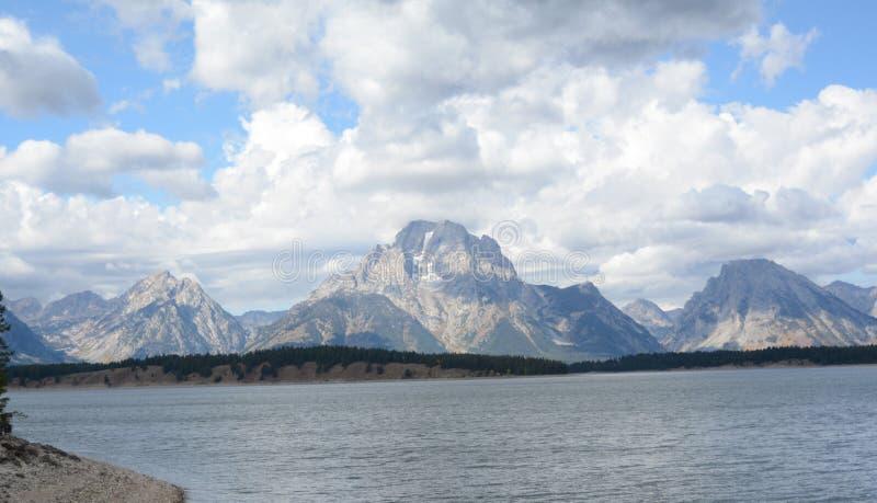 Jackson Lake & tusen dollar Tetons nära Yellowstone NP arkivfoton
