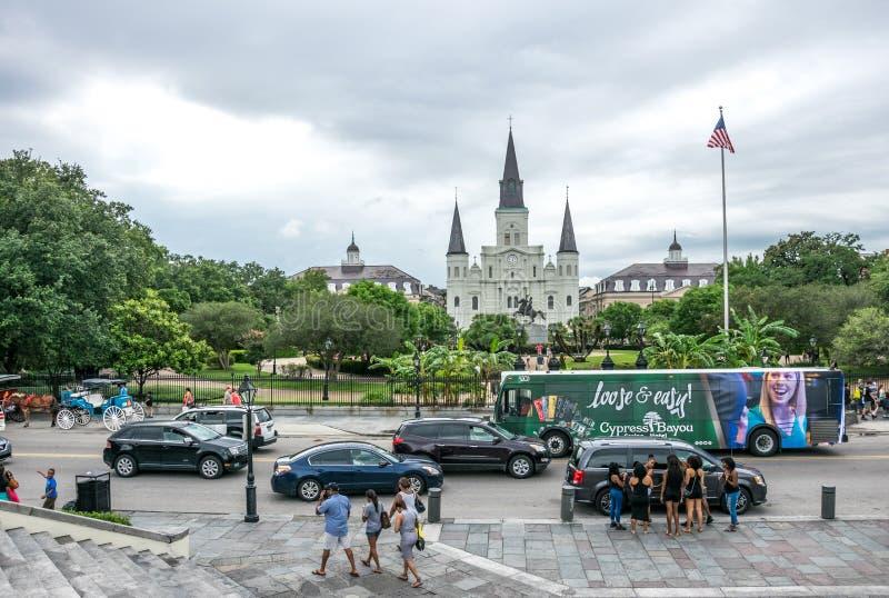 Jackson Square och St Louis Cathedral Turist- dragning av den franska fjärdedelen av New Orleans, Louisiana arkivfoto