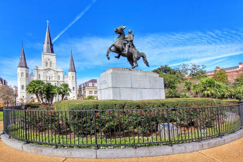 Jackson Square populaire avec la statue d'Andrew Jackson et saint Louis Cathedral dans le quartier français photos stock