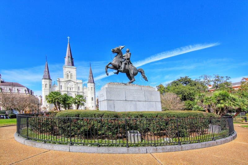 Jackson Square popular con la estatua de Andrew Jackson y santo Louis Cathedral en el barrio francés foto de archivo libre de regalías