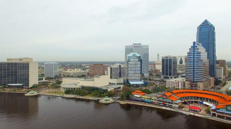 JACKSONVILLE, FL - FEBRERO DE 2016: Opinión aérea de la ciudad sobre una d nublada imágenes de archivo libres de regalías
