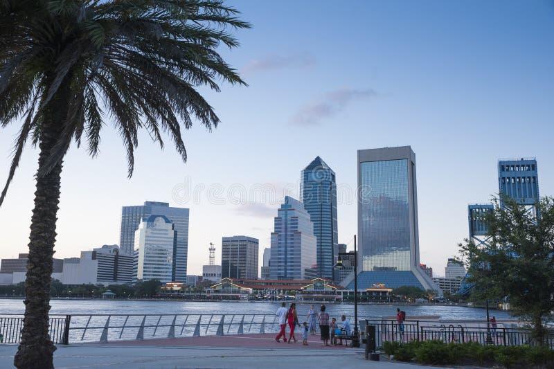 Jacksonville Floryda linia horyzontu przy półmrokiem obraz stock