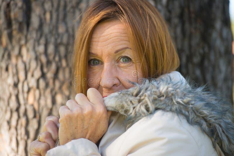 Jackte maduro amigável do inverno da mulher exterior fotos de stock