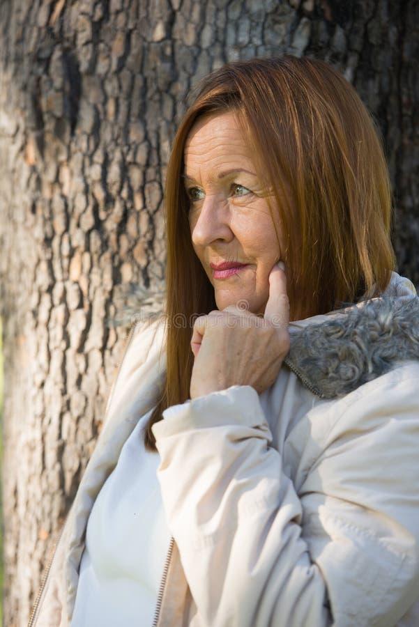 Jackte maduro amistoso del invierno de la mujer al aire libre fotografía de archivo libre de regalías