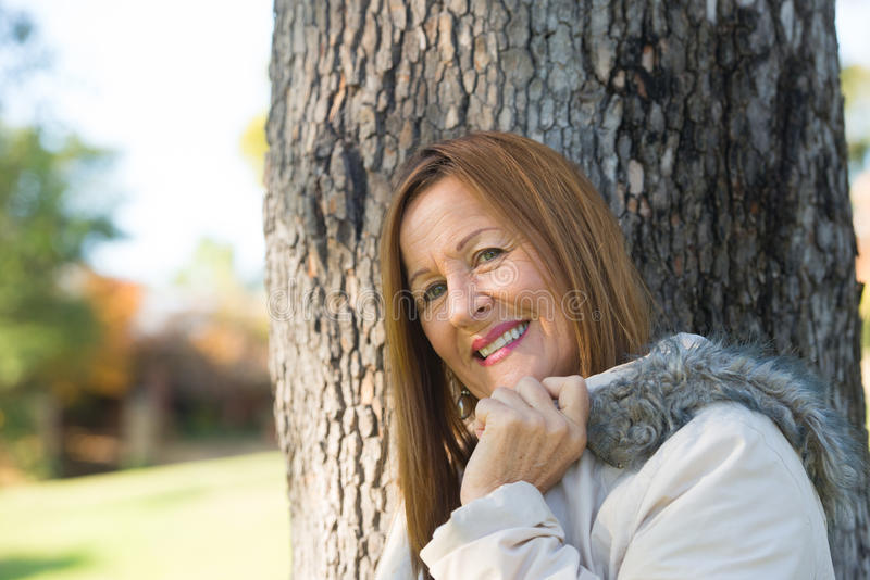 Jackte maduro amistoso del invierno de la mujer al aire libre imagen de archivo