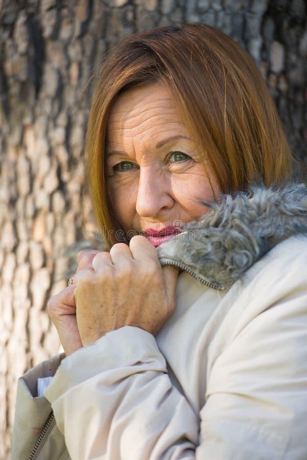 Jackte maduro amistoso del invierno de la mujer al aire libre imagenes de archivo