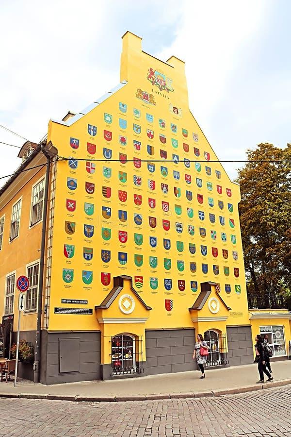 Jacob Barracks-Gebäude, das Wappen für lettische Gemeinden, Tornu-Straße, alte Stadt, Riga zeigt lizenzfreie stockbilder
