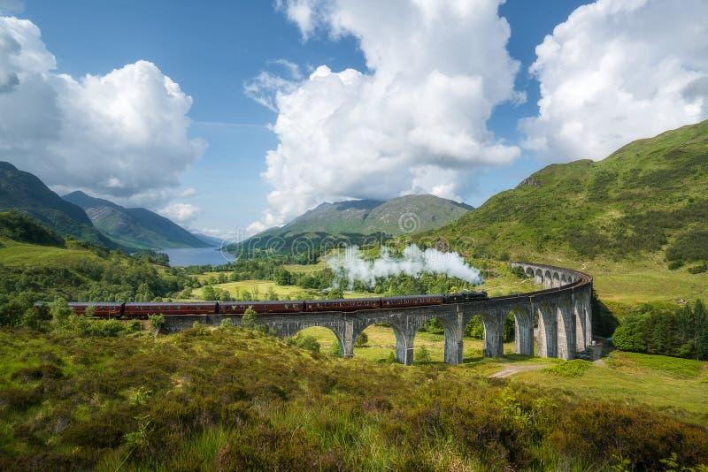 Jacobite ångadrev, a K A Uttryckliga Hogwarts, passerandeGlenfinnan viadukt royaltyfri bild