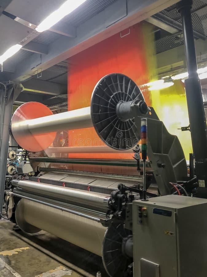 Jacquardwebstuhlmaschine, Tücher auf einer Textilfabrik produzierend stockbild