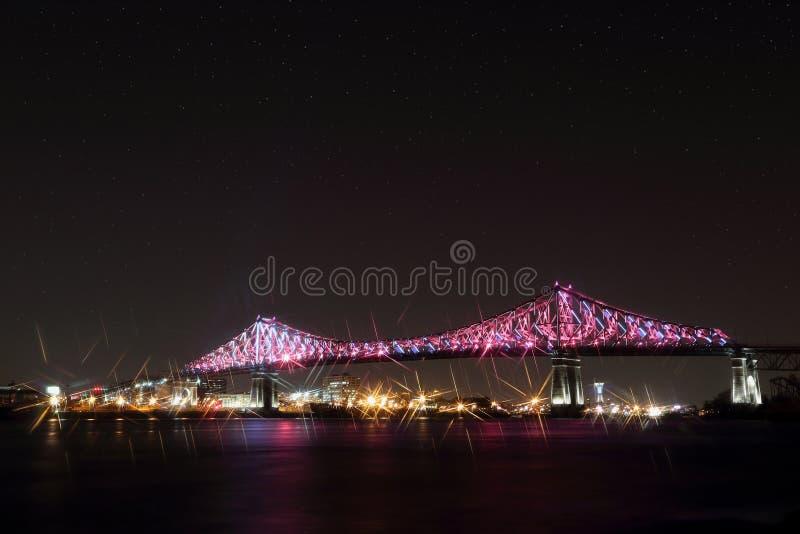 Jacques Cartier Bridge Illumination em Montreal, reflexão na água Aniversário de Montreal's 375th imagens de stock royalty free