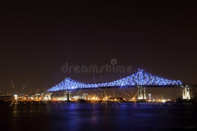 Jacques Cartier Bridge Illumination i Montreal, reflexion i vatten Montreal's 375. årsdag arkivbilder