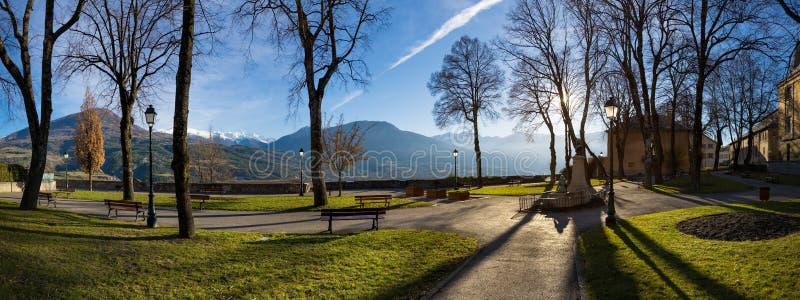 Jacques Gelu Square in Embrun, inverno, Hautes-Alpes, Francia immagine stock