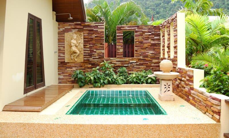 Jacuzzi ao ar livre na casa de campo luxuosa, Koh Chang, Th imagens de stock royalty free