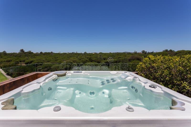 Jacuzzi de luxe ext rieur sur le toit photo stock image du liquide outside 80904652 - Jacuzzi de luxe ...