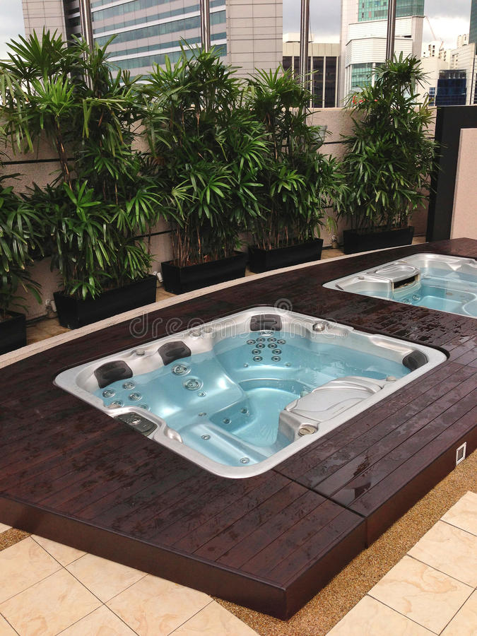 jacuzzi extrieur jacuzzi carre exterieur plateforme bois. Black Bedroom Furniture Sets. Home Design Ideas