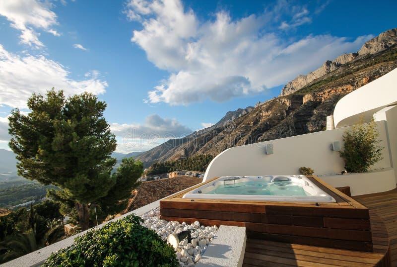 Jacuzzi no terraço exterior com vistas panorâmicas nos montes de Altea, Costa Blanca, S foto de stock