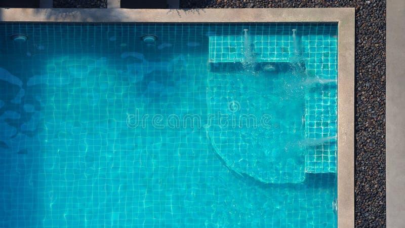 Jacuzzi que flui o canto na opinião superior da piscina imagem de stock