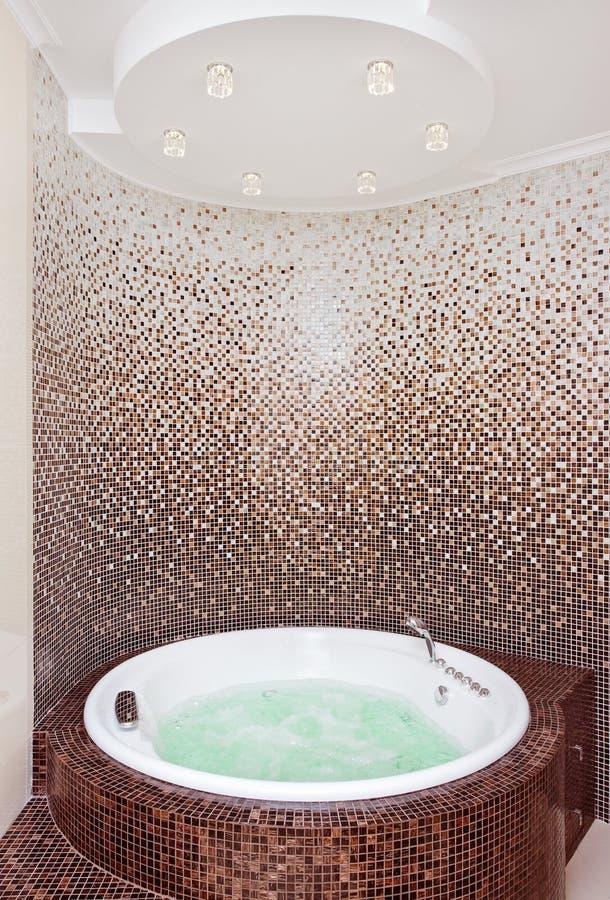 Jacuzzi rond blanc dans la salle de bains moderne images libres de droits
