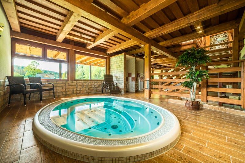 Jacuzzistrudelbad in einem Haus stockbilder