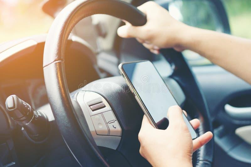 Jadący podczas gdy trzymający telefon komórkowego pracować, biznesmen, vinta zdjęcie royalty free