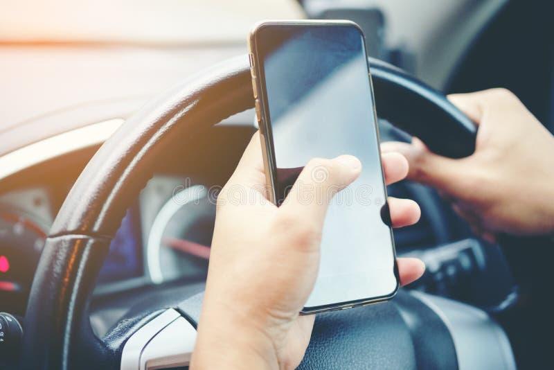 Jadący podczas gdy trzymający telefon komórkowego pracować, biznesmen, vinta obraz royalty free