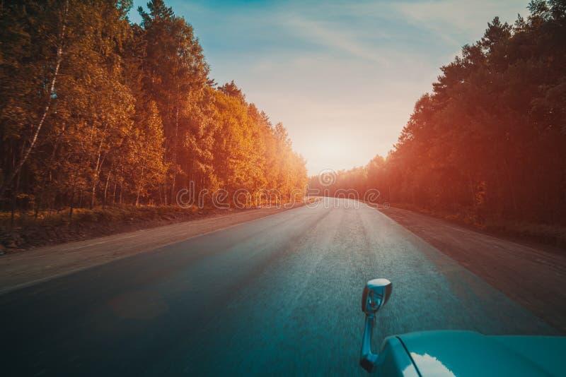 Jadący w samochodzie na drodze, fotografia royalty free