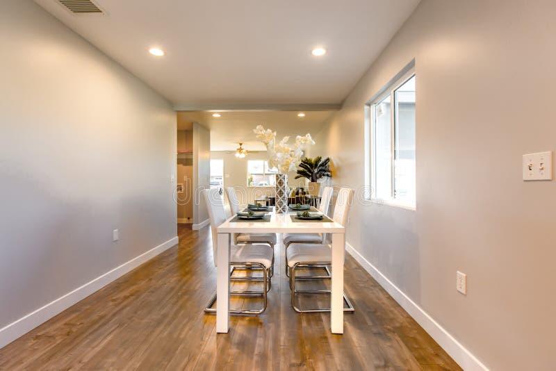 Jadalnia stół w Kalifornia nieruchomości wzorcowym domu obrazy stock