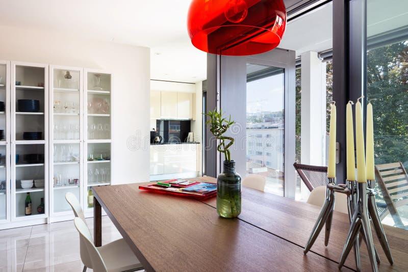 Jadalnia szczegół z projektów krzesłami w nowożytnym apartm i stołem zdjęcie royalty free