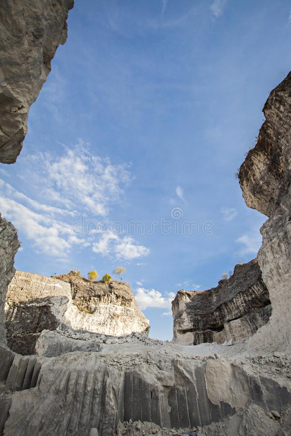 Jaddh Hill Bukit Jaddh,从地质角度看印度尼西亚马杜拉邦卡兰的石灰石山 免版税库存图片