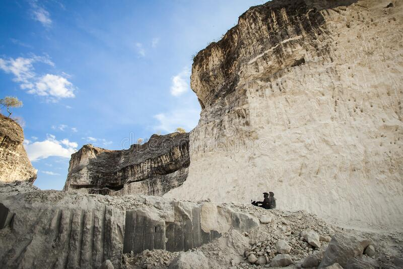Jaddh Hill Bukit Jaddh,从地质角度看印度尼西亚马杜拉邦卡兰的石灰石山 库存照片