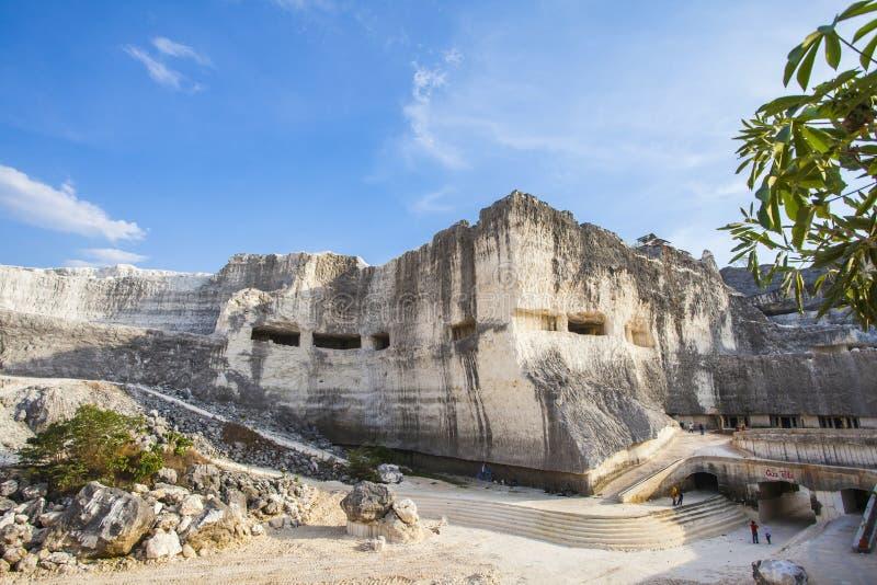 Jaddh Hill Bukit Jaddh,从地质角度看印度尼西亚马杜拉邦卡兰的石灰石山 库存图片