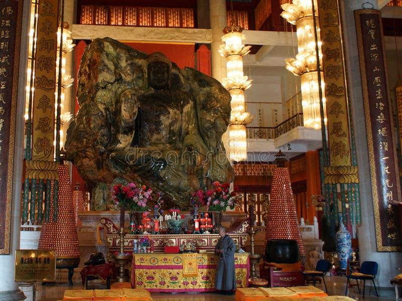 Jade Buddha Palace La partie antérieure d'Anshan Jade Buddha dans Mahavira Palace, province d'Anshan, Liaoning, Chine, Asie photos libres de droits