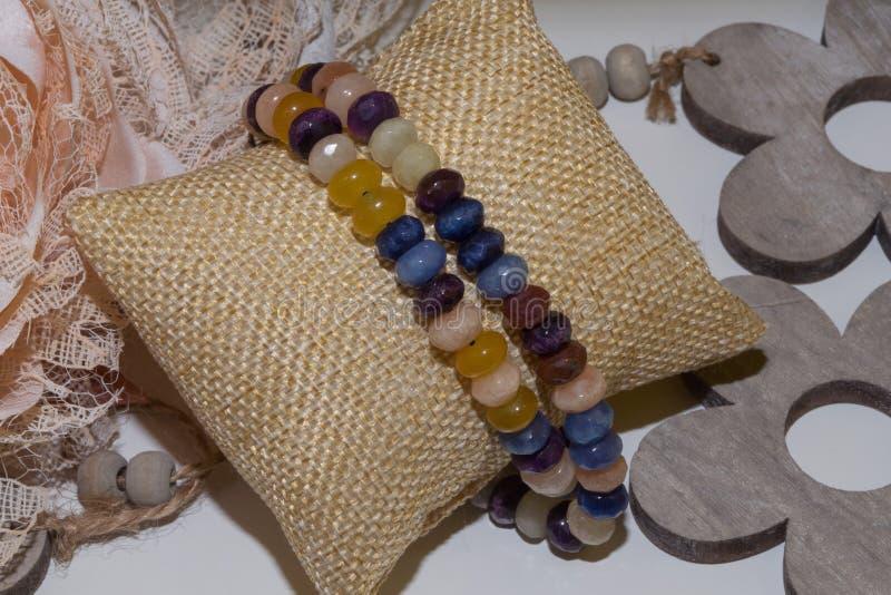 Jade citrin de pierres de collier de rose d'ametyst naturel mélangé de quartz photo stock