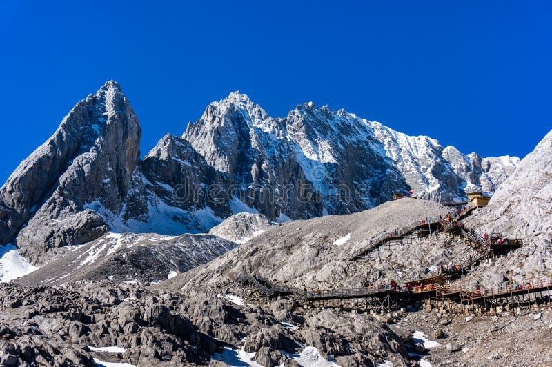 Jade Dragon Snow Mountain, montering Yulong eller Yulong snöberg på Lijiang, Yunnan landskap, Kina arkivbild