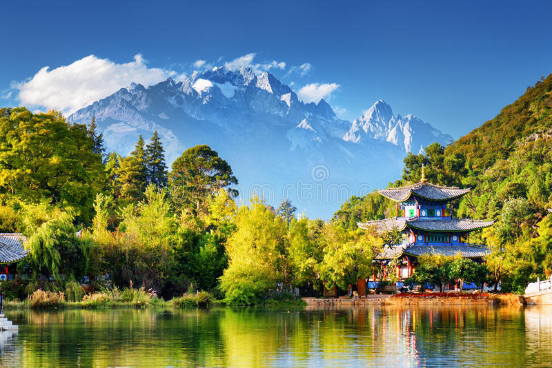 Jade Dragon Snow Mountain und der Mond-Umfassungs-Pavillon stockfotografie