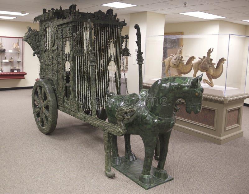 Jade Horse y carro verdes en objeto expuesto en la exhibición en un museo foto de archivo