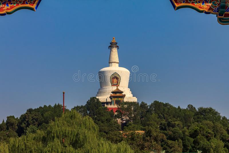 Jade Island med Bai Ta & x28; Vit pagod eller Dagoba& x29; stupa i Buddhi royaltyfri foto
