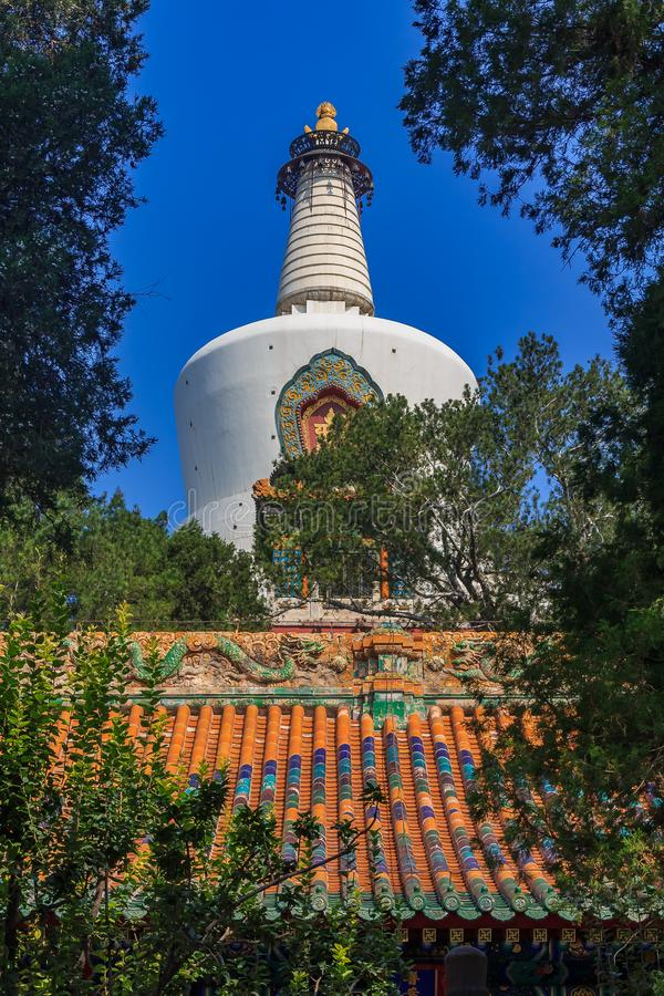Jade Island med Bai Ta & x28; Vit pagod eller Dagoba& x29; stupa i Buddhi royaltyfri bild