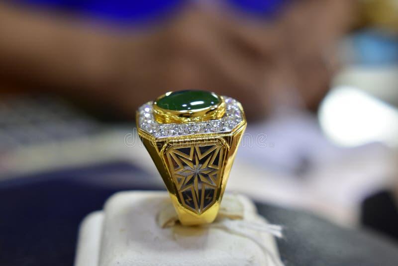 Jadecirkeln är en guld- cirkel som dekoreras med jade och äkta diamanter arkivbild