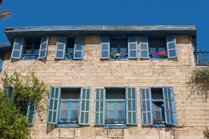 Jaffa hus med blåa fönster royaltyfri bild