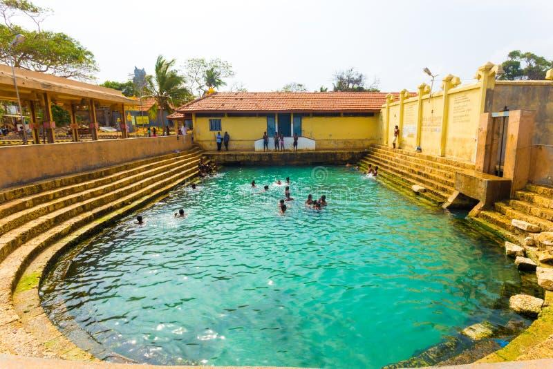 Jaffna Keerimalai springt Mensen op die Volledig H zwemmen stock afbeeldingen
