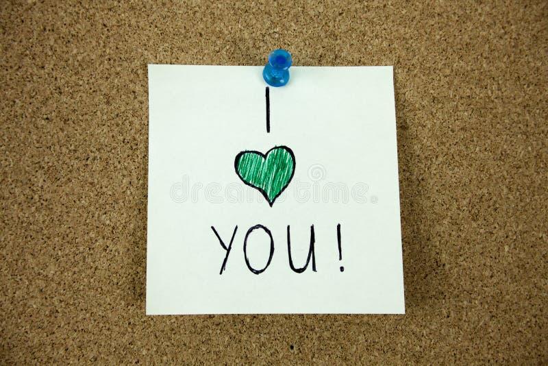 Jag älskar dig meddelandet på korkbräde royaltyfri bild
