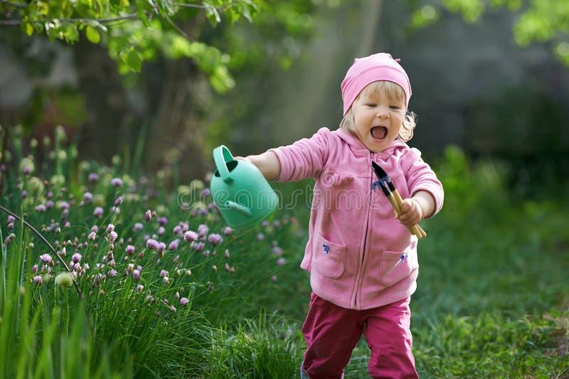 Jag älskar landsliv Barnet ska bråttom starta att arbeta i trädgården arkivfoto