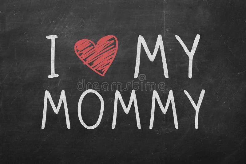 Jag älskar min mammatexthand som är skriftlig på den svarta svart tavlan royaltyfria foton