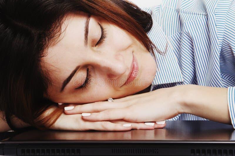 Jag önskar att sova Den unga affärskvinnan tröttade från intelligens för kontorsarbete royaltyfri bild