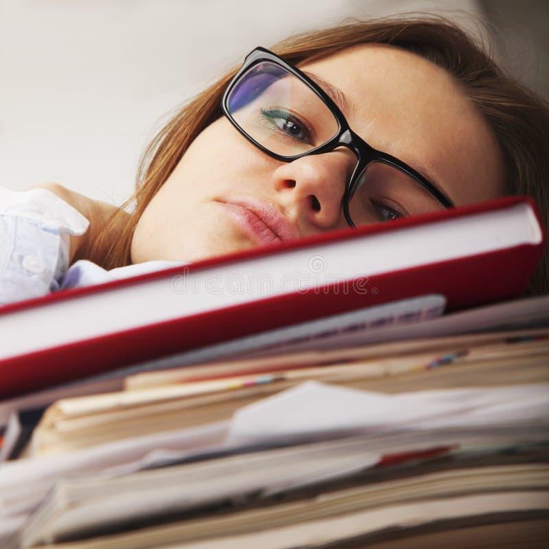 Jag önskar att sova Den unga affärskvinnan tröttade från intelligens för kontorsarbete royaltyfria foton