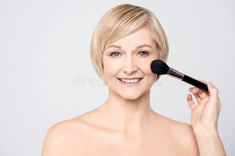 Jag göras nästan min makeup royaltyfri bild