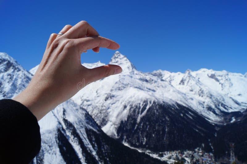 Jag mäter höjden av berget royaltyfri foto